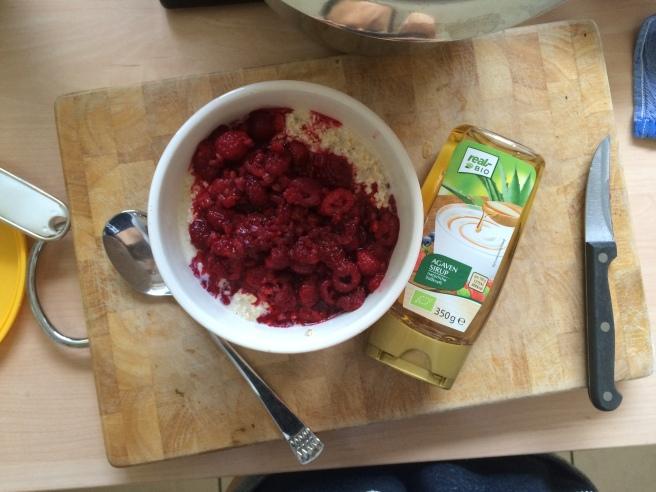 Frühstück: Overnight Oats aus 100g Haferflocken, 250ml Sojamilch, 1 EL Agavendicksaft und einer Schüssel gefrorene Himbeeren (aufgetaut in der Mikrowelle) / Breakfast: overnight oats made of 100g oats, 250ml soy milk, 1 tbsp agave nectar, 1 cup frozen raspberries (heated up in microwave)
