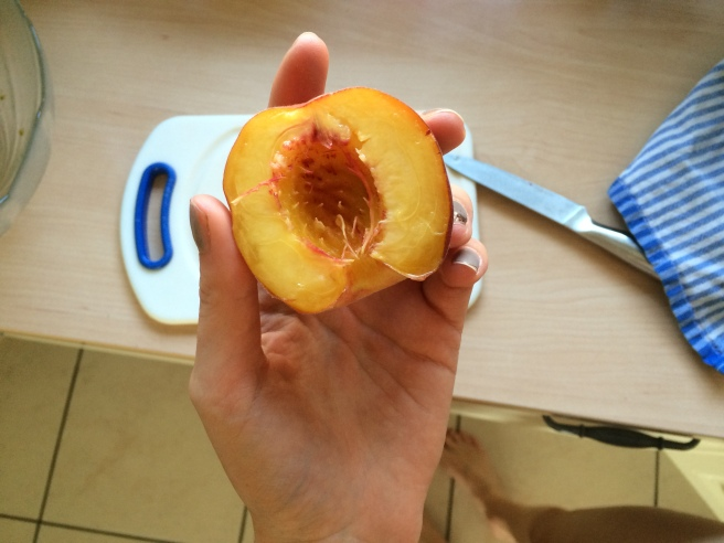Snack: Zwei Nektarinen! / snack: two nectarines